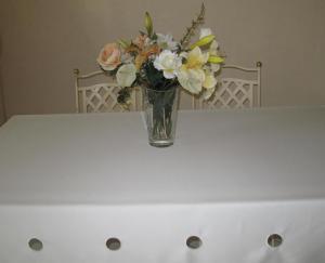 Nappes de table satin ivoire avec ronds brodés 100 % polyester 150 x200cm ou 150 x 250cm